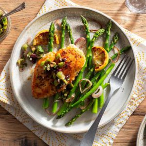 Paprika-rubbed chicken breasts with asparagus and olive tapenade